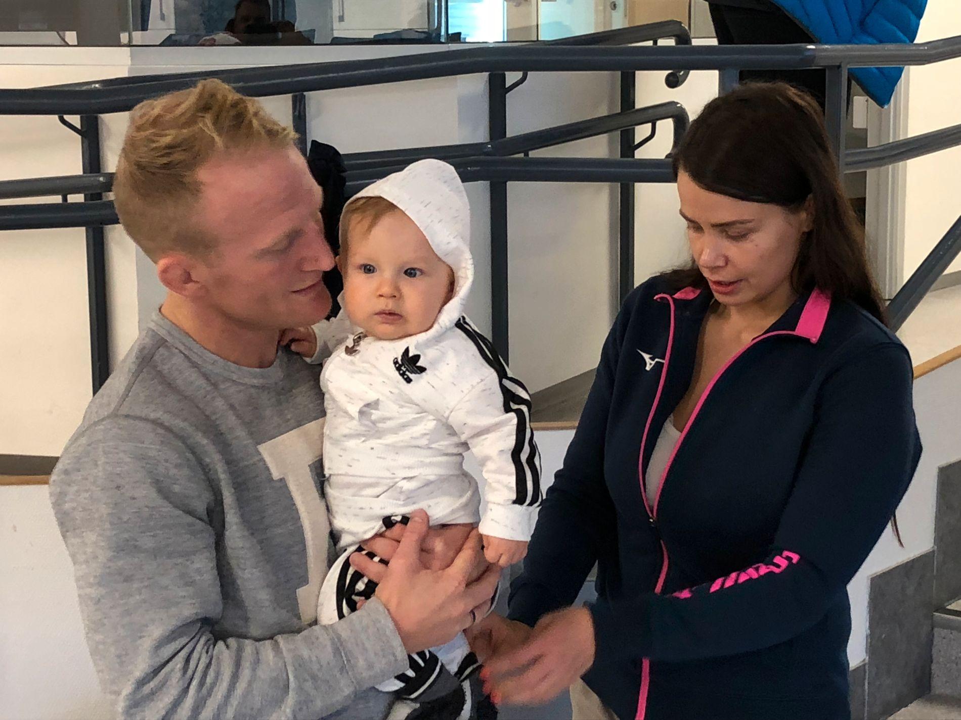 «LILLEGULLET»: Stig-André Berge viser stolt frem sønnen Nicklas, som var med på slutten av treningsøkten sammen med mamma Rosell Utne Berge.
