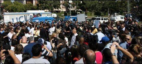 KAOS: Fans og presse har møtt opp utenfor sykehuset der Michael Jackson ble erklært død, og venter på en pressekonferanse som er varslet snart. Foto: AFP