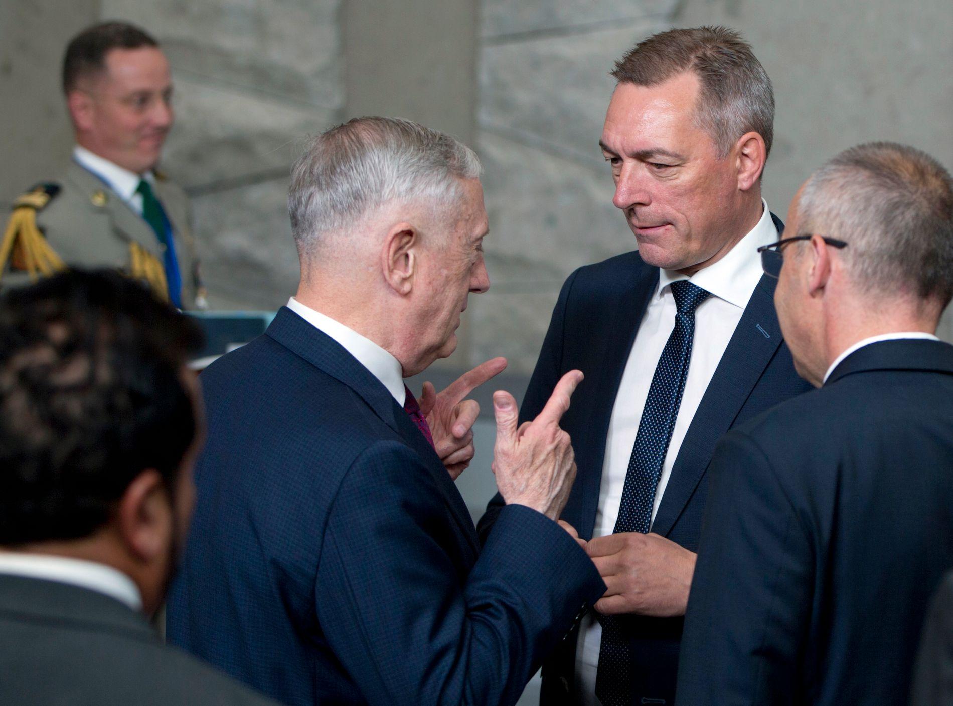 MINISTERMØTE: Forsvarsminister Frank Bakke-Jensen i samtale med USAs forsvarsminister Jim Mattis på NATO-møte i Brussel torsdag.