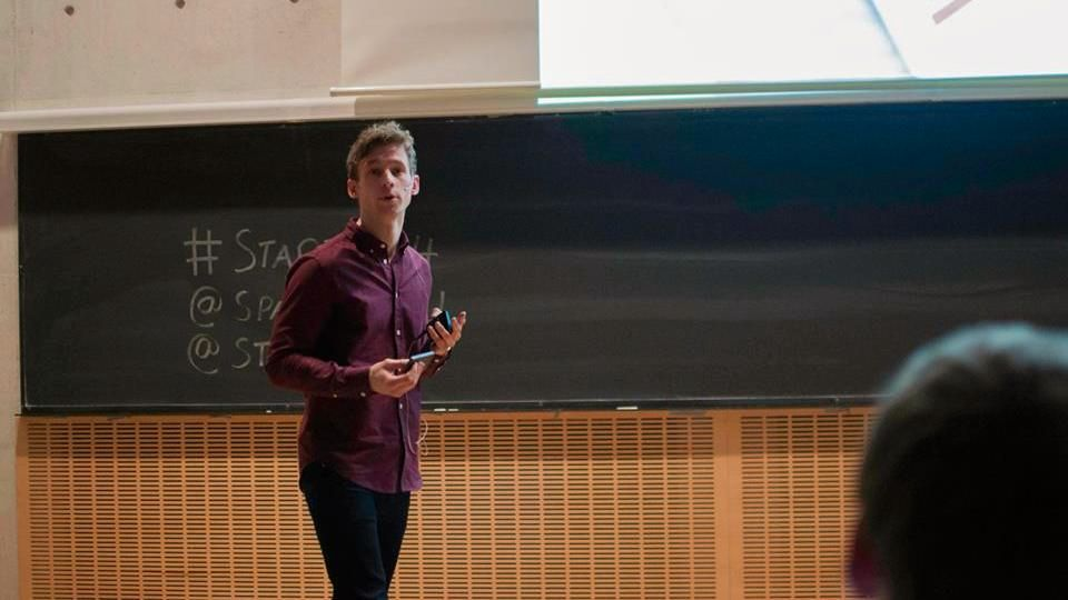FIKK IDÉEN MENS HAN STUDERTE: Andreas Jørgensen står bak appen Mattilbud sammen med tre andre. Ifølge ham tjener de godt nok på appen til å kunne leve av den.