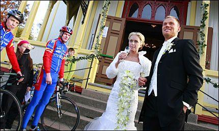 SA JA: Thor Hushovd og Susanne Haaheim giftet seg i Grimstad kirke lørdag. Utenfor kirken stilte lokale ryttere fra Grimstad sykkelklubb seg opp til ære for brudeparet. Foto: Scanpix