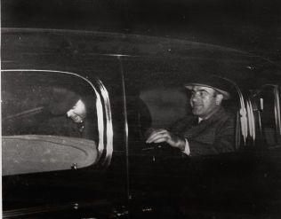 FRYKTET: Her er Al Capone (t.h.) avbildet i Harrisburg sammen med en føderal offiser. Capone sonet syv års fengsel i Atlanta og ved Alcatraz i San Fransisco for sin mafiavirksomhet.