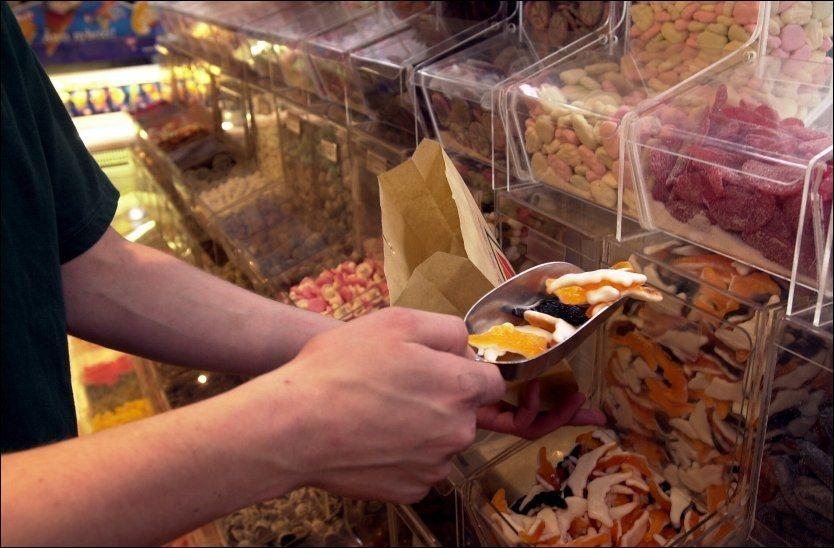 NYE RETNINGSLINJER: Det blir ikke plass til mye smågodt i posen dersom WHO beslutter å halvere anbefalt sukkerinntak. Foto: Knut Fjeldstad/NTB Scanpix