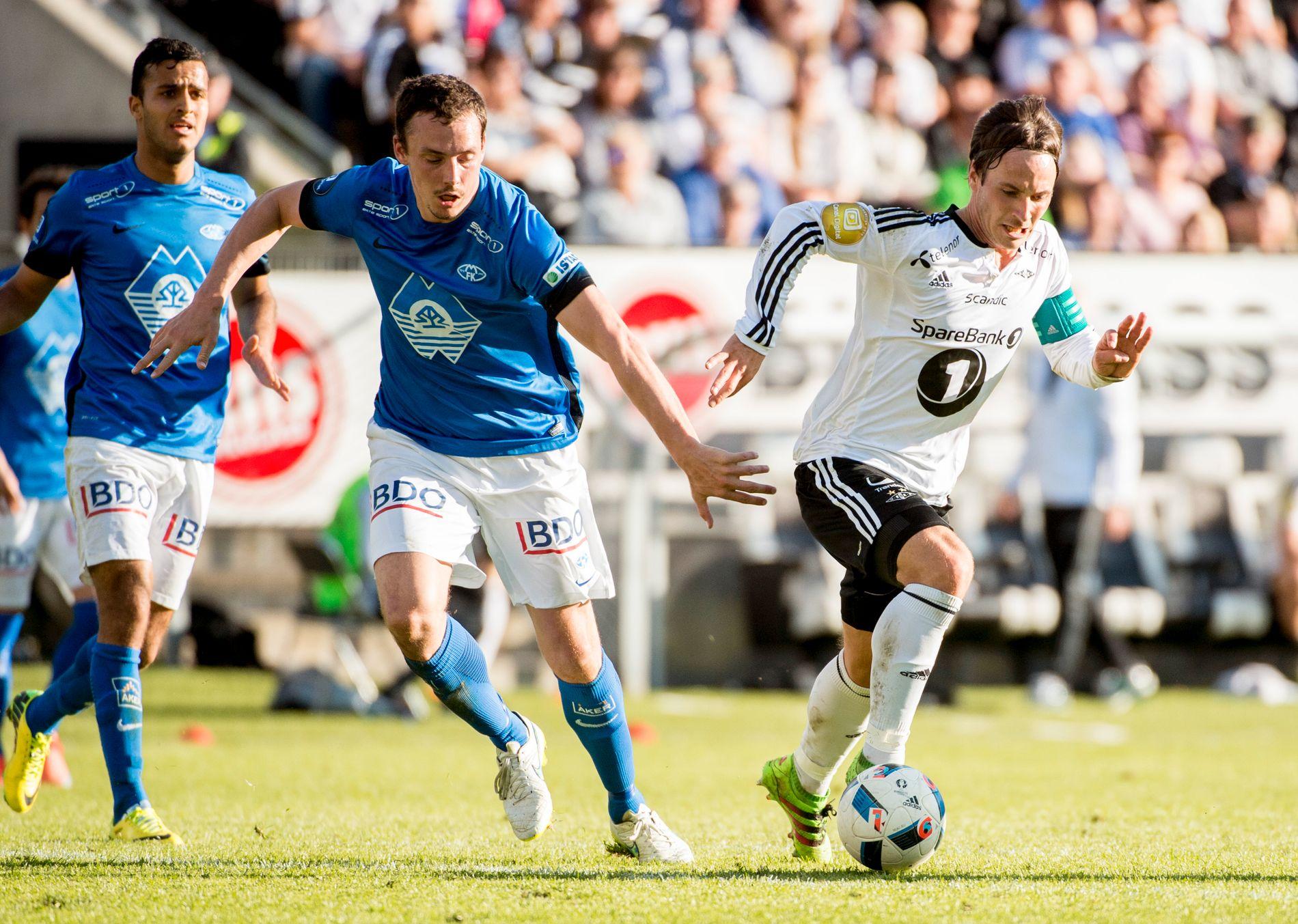 EN DEL AV ELITEN: Moldes Harmeet Singh og Vegard Forren i duell med Rosenborgs Mike Jensen i seriekampen fra mai.