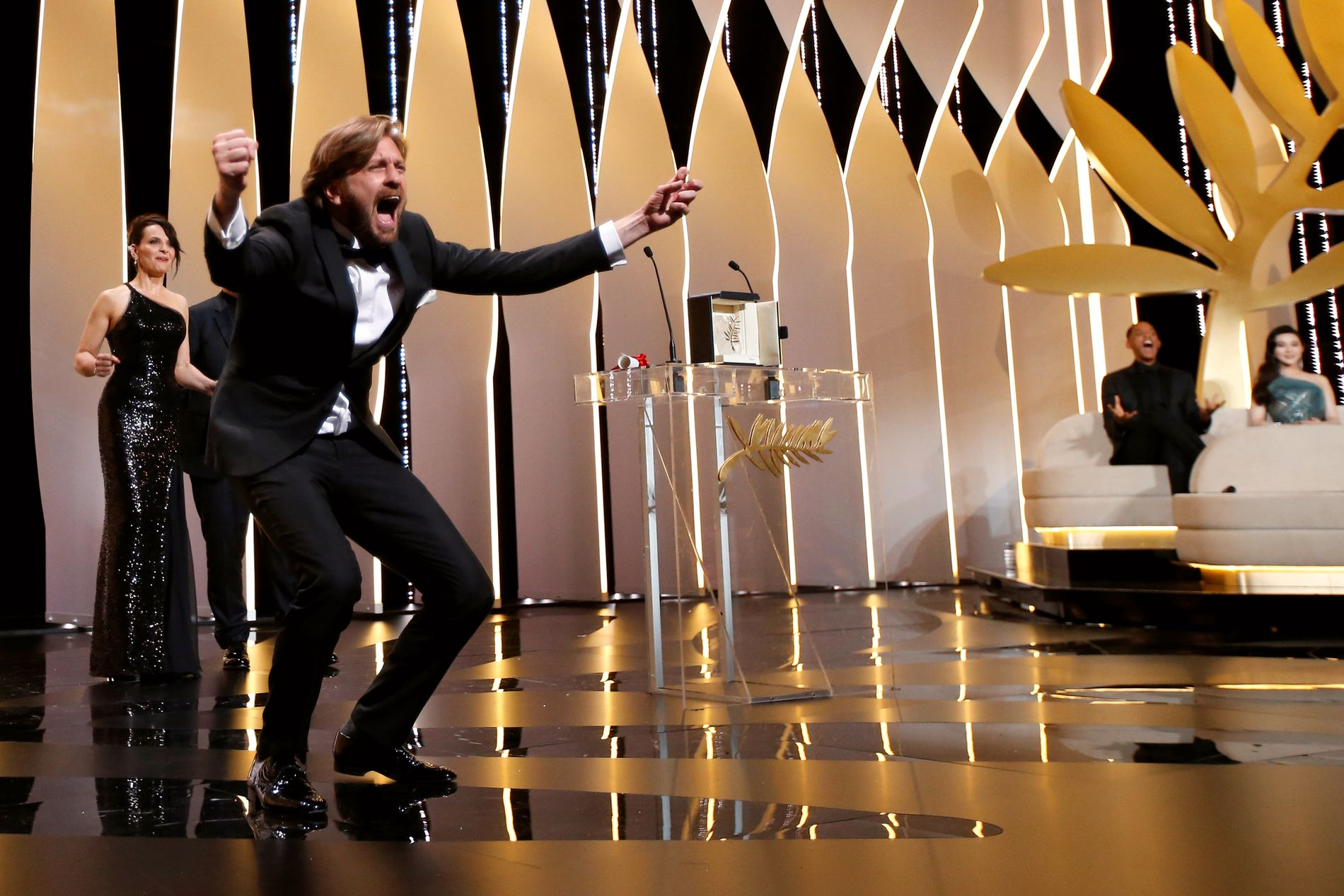 GLEDESUTBRUDD: Ruben Östlund løper jublende glad opp til podiet for å motta årets Gullpalme i Cannes Festivalen