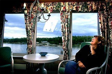 LYKKE PÅ BOK: Anne Holt (45) er lykkelig med kone og barn og har det bedre enn noensinne som forfatter. På hytta i Sandefjord gleder hun seg over at hennes siste bok «Det som aldri skjer» er solgt for utgivelse i 130 land. Foto: Espen Sjølingstad Hoen