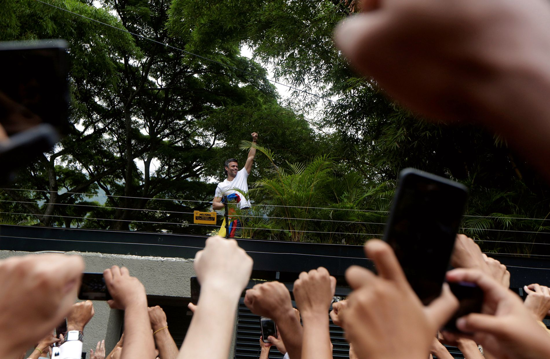 JUBLET: Leopoldo López hilste til sine supportere da han ble overført til husarrest i fjor sommer. Siden har det stort sett vært stille fra opposisjonspolitikeren.