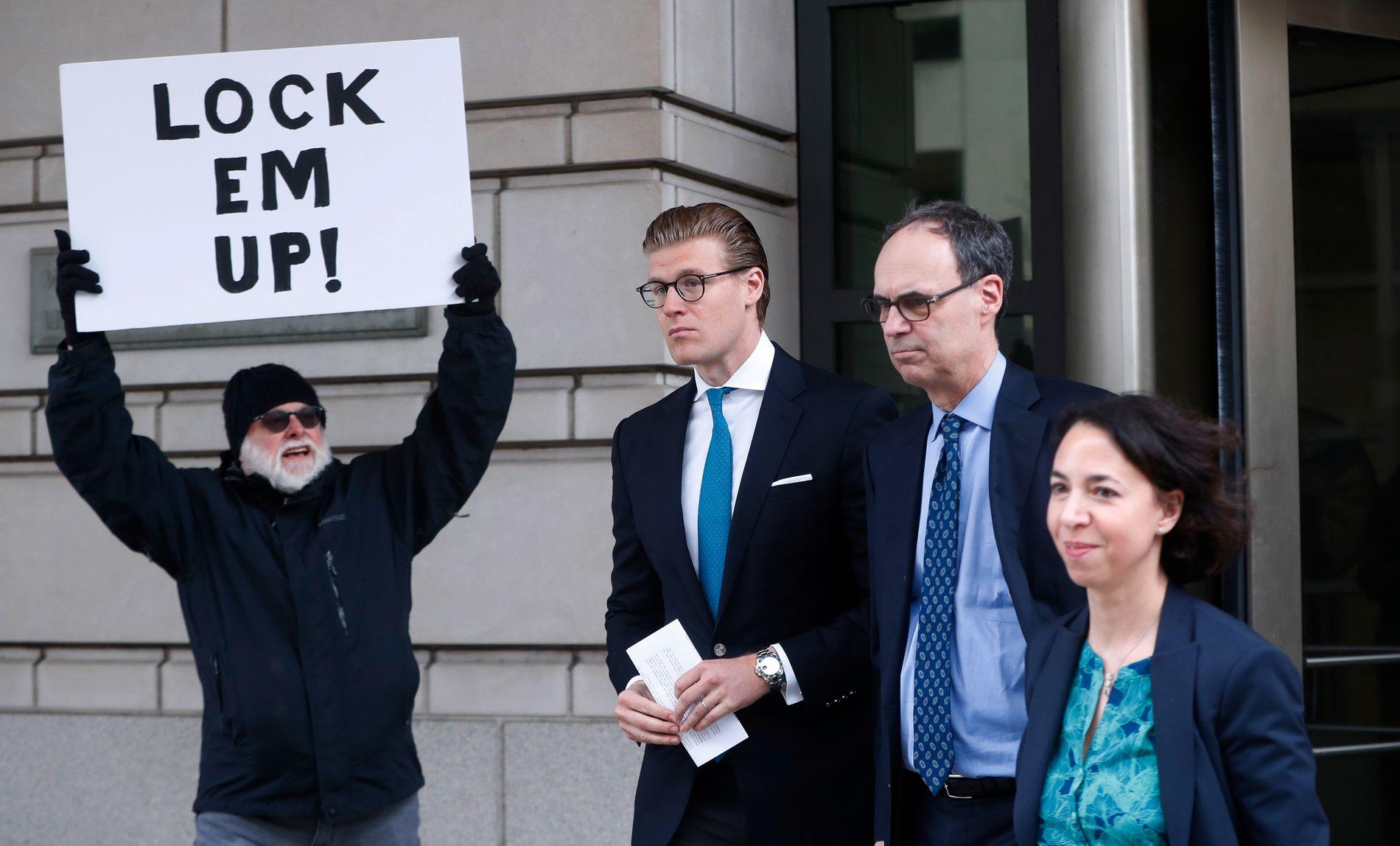 DØMT TIL FENGSEL: Alex van der Zwaan (nr. to fra venstre) forlater retten tredje april. Han er dømt til 30 dager i fengsel.