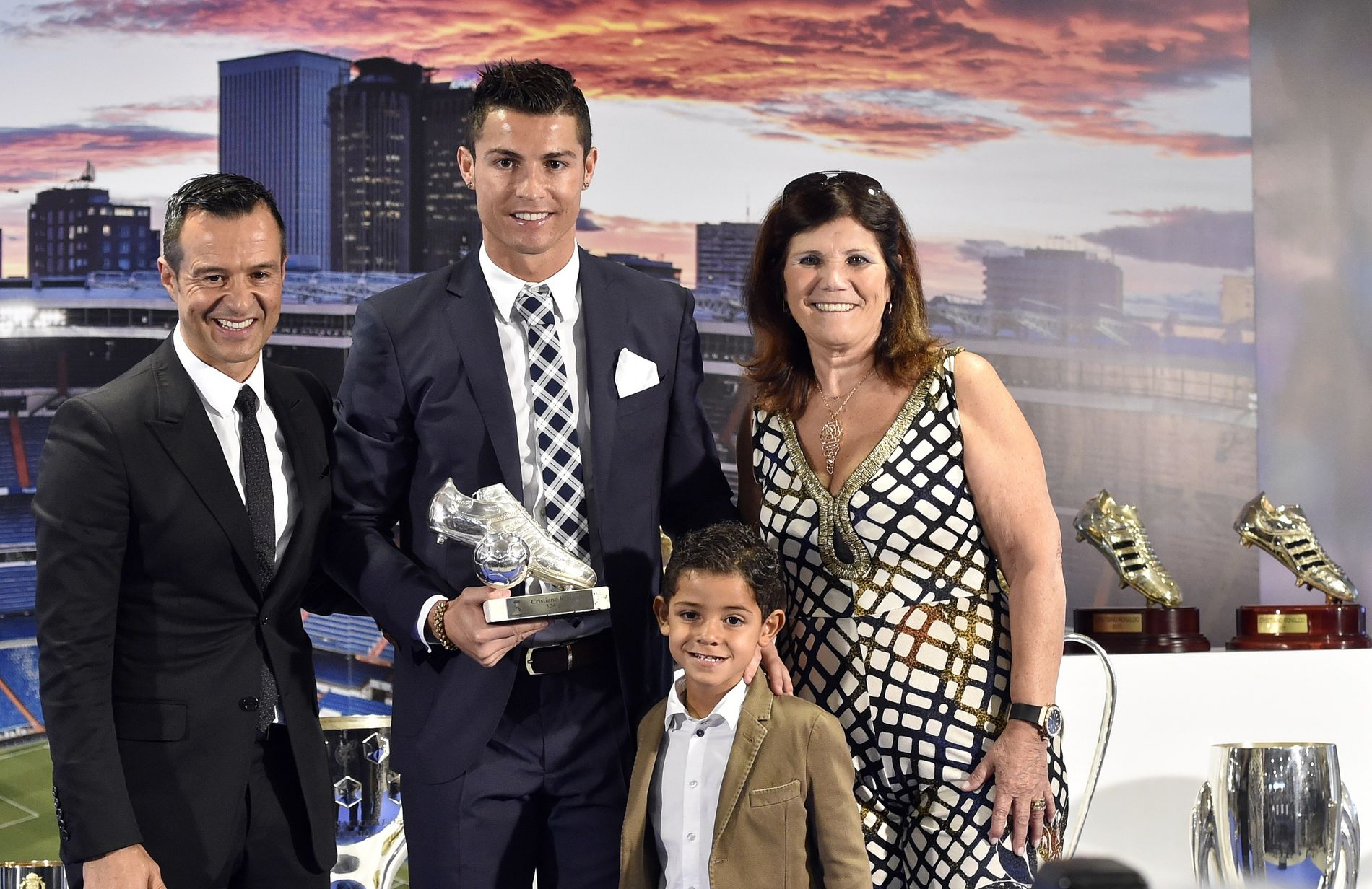 «FAR» OG MOR: Cristiano Ronaldo har ofte sagt at Jorge Mendes (til venstre) er som en far for ham. Her med moren Dolores og sønnen Cristiano jr. i en seremoni etter at Ronaldo ble tidenes toppscorer for Real Madrid. Ronaldos far var alkoholiker og døde i 2005.