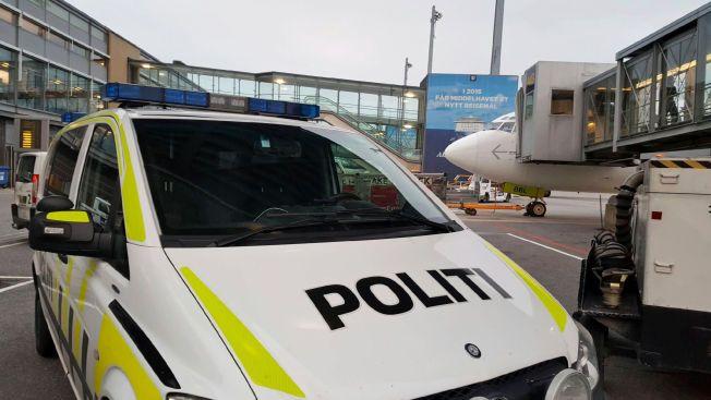 STOPPET FLY: Her har politiet rykket ut til Air Baltics avgang fra Oslo lufthavn Gardermoen til Kreta etter tips om mulig promille. Fire besetningsmedlemmer ble pågrepet etter å ha blåst rødt.