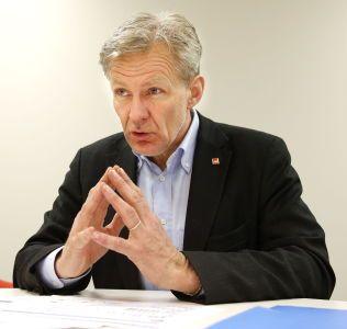SKREV BREV: Generalsekretær Jan Egeland skrev brev til partiene på Stortinget. Brevet er Fremskrittspartiets kilde når de mener  at en milliard kroner kan hjelpe en million mennesker. Flyktninghjelpen mener partiet bruker tallene helt feil.