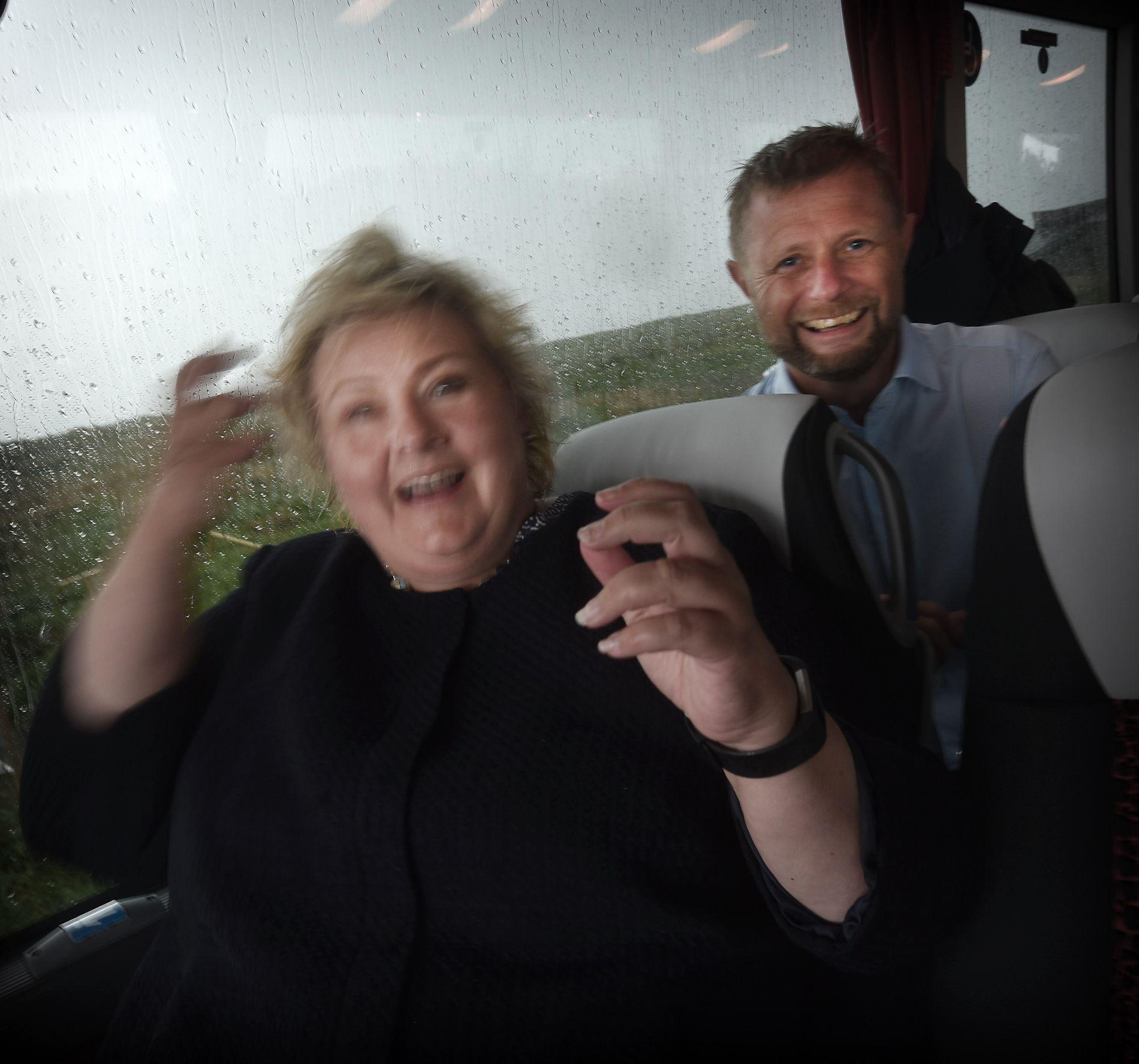 HÅRFINT: På vei tilbake til valgkampbussen åpnet himmelen seg og Solbergs hår fikk en kraftig regnskyll. Her får hun trøstende ord og hjelp fra helse- og (hår) omsorgsminister Bent Høie inne i bussen.