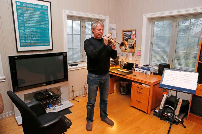 ØVER HJEMME: Ole Edvard Antonsen i øvingsrommet sitt hjemme. Endelig kan han spille for det norske folk igjen, etter å ha vært skadet siden april.