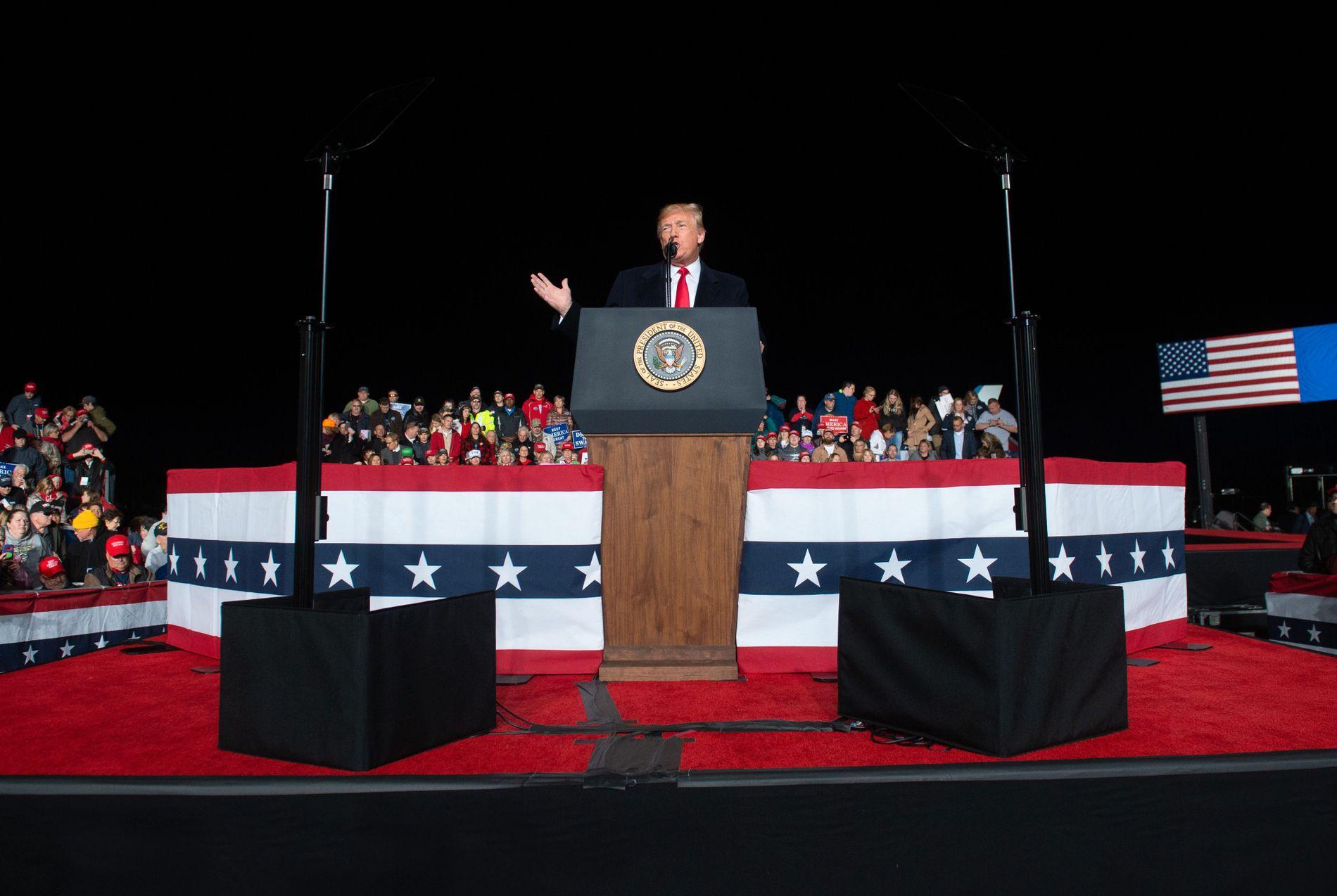 OMTALTE BOMBEBREV: Da Donald Trump møtte velgerne sine i Wisconsin onsdag kveld tonet han ned ordbruken sin kraftig. Årsak: De skremmende funnene i New York tidligere på dagen. –  Enhver form for trusler om politisk vold er et angrep på demokratiet, sa USAs president til stor jubel fra salen.