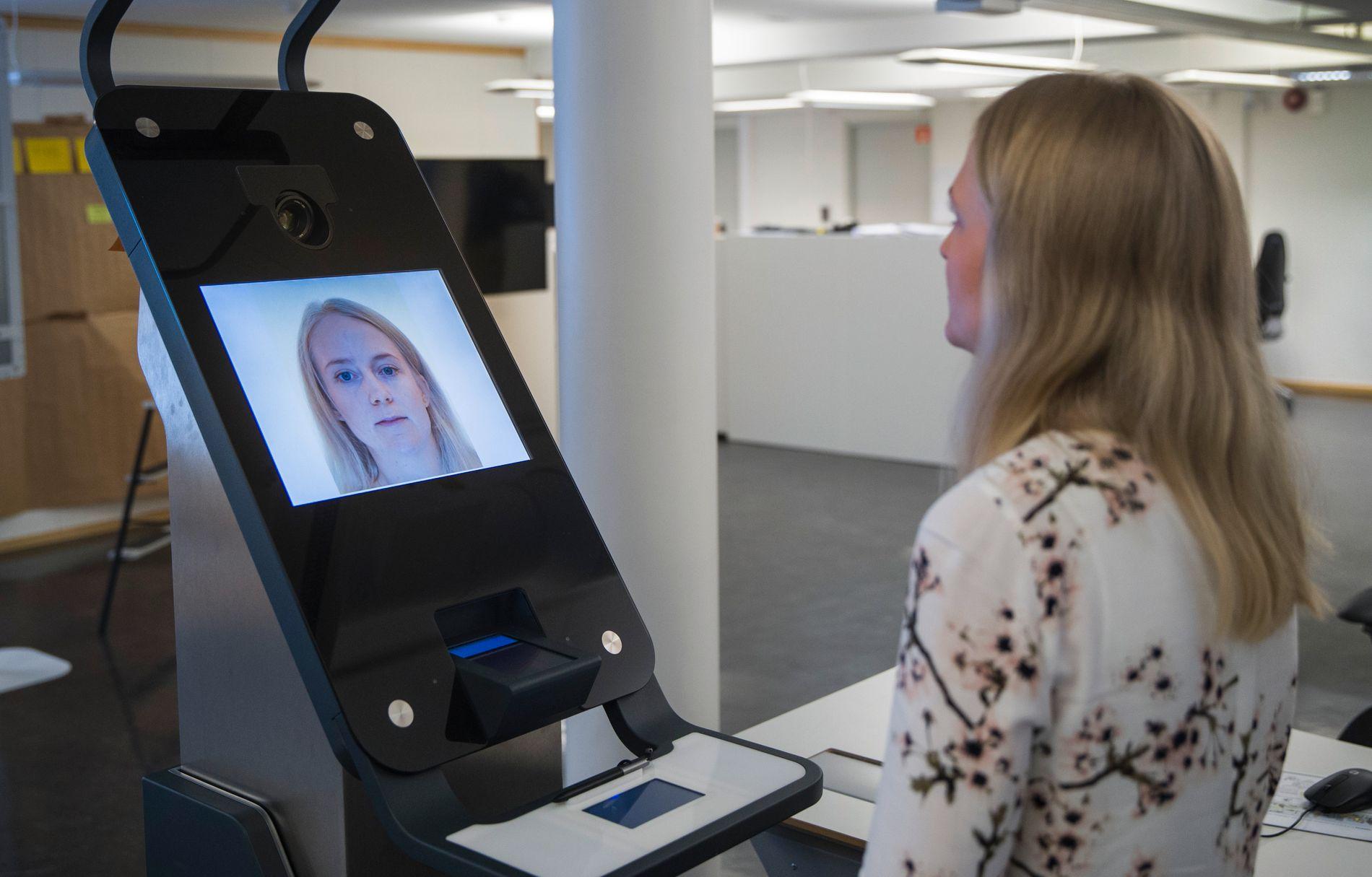 TESTER:  Siri Hoff Nilsen tester ut de nye kioskene som skal produsere pass.