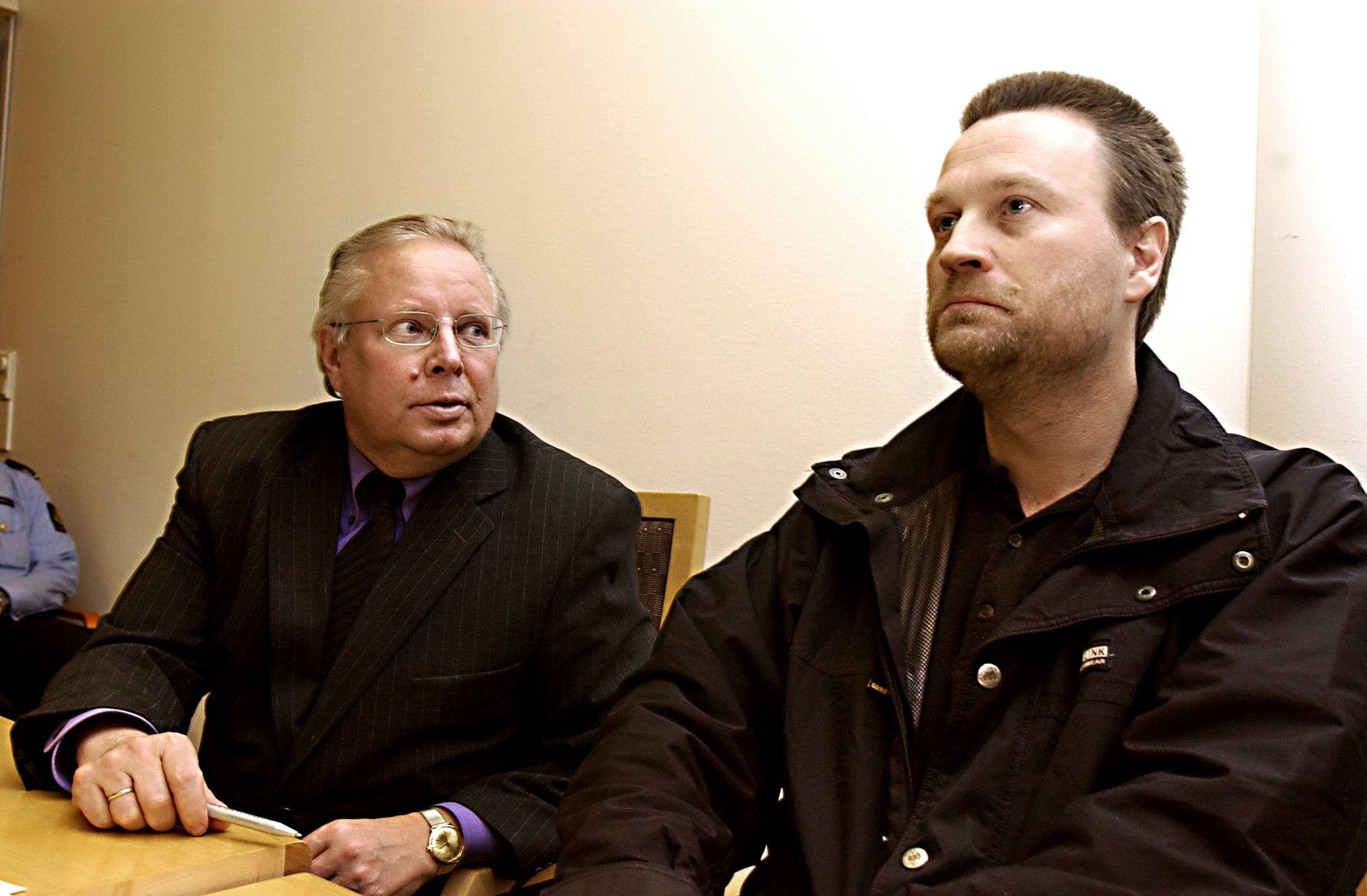 TIDLIGERE DRAPSDØMT: John Edvin Lie til høyre (da Johnny Olsen) i fengslingsmøte i 2004 sammen med sin forsvarer  Fridtjof Feydt.