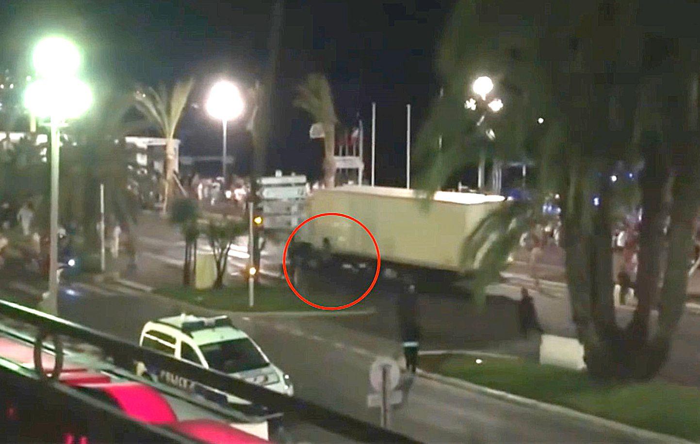 HELT: En video fra Nice-angrepet viser en mann som henger på utsiden av førerhuset.