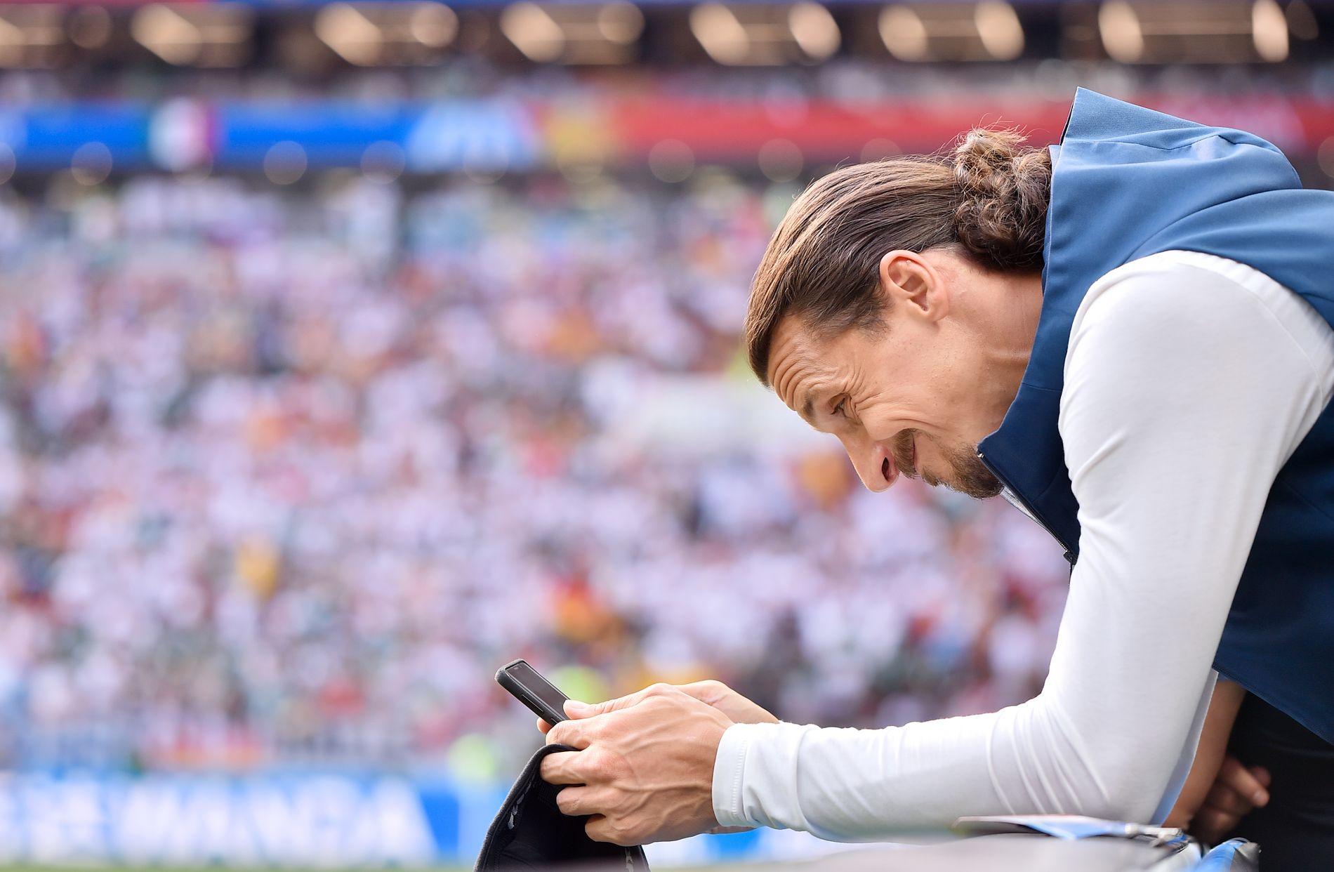 TILSKUER: Zlatan Ibrahimovic smiler til mobilkameraet i Moskva. Kan vi få en svensk bragd uten hundreårets største svenske?