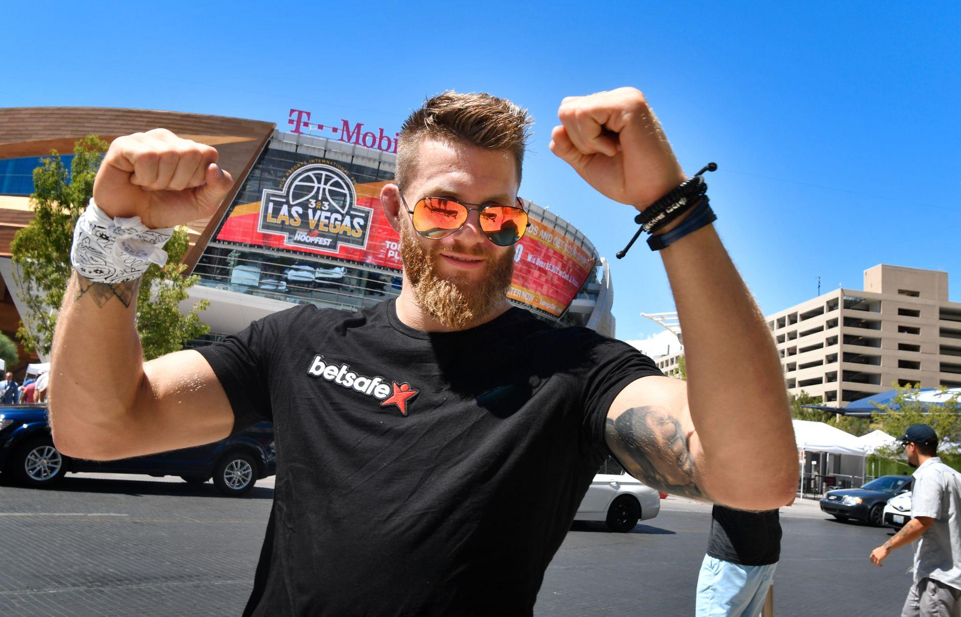 TILBAKE I VEGAS: Emil Weber Meek, her avbildet foran T-Mobile Arena i Las Vegas i august i fjor, forbereder seg til sin tredje UFC-kamp.