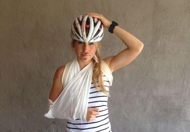 BRUK HJELM: Det er det klare rådet fra Lise Lavoll Borgen fra Sarpsborg. Hennes hjelm sprakk da hun falt av sykkelen under Swissman på lørdag.