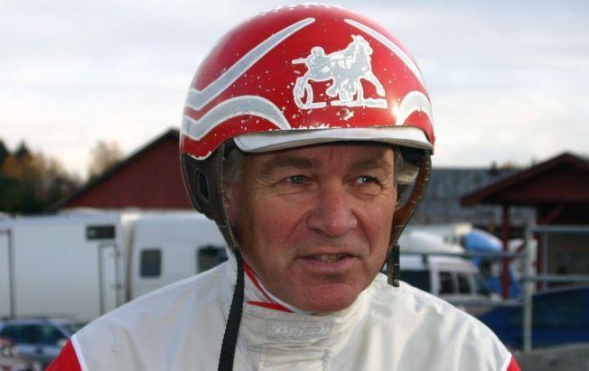 Travkusk Hans Petter Tholfsen er død, 67 år gammel. Tholfsen er nummer fem på adelskalenderen etter nærmere fire tusen seirer.