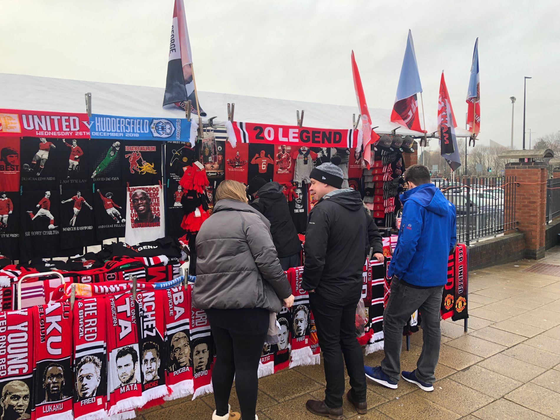 KAMPKLARE: Manchester United-supporterne er klare for Ole Gunnar Solskjærs manager-debut på Old Trafford i ettermiddag. Her utenfor stadion i dag.