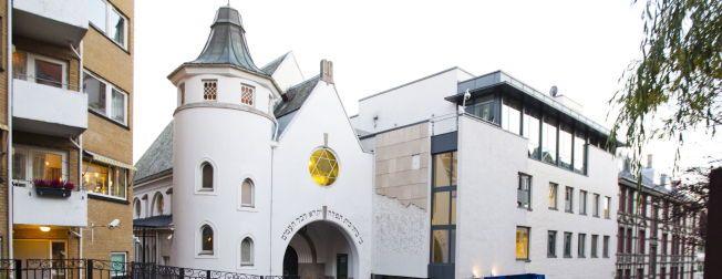 En gruppe unge muslimer skal i kveld slå en menneskering rundt synagogen i Oslo etter terrorangrepene i Paris og København. Kronikkforfatteren er en av initiativtakerne til arrangementet.