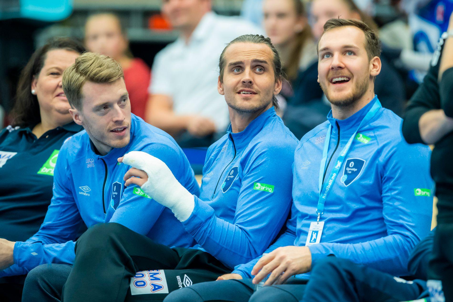 UTE: Kent Robin Tønnesen (som her sitter mellom Kristian Bjørnsen t.v. og Christian O'Sullivan) ble skadet i hånden på fredagens trening - og er ute av håndball-VM.