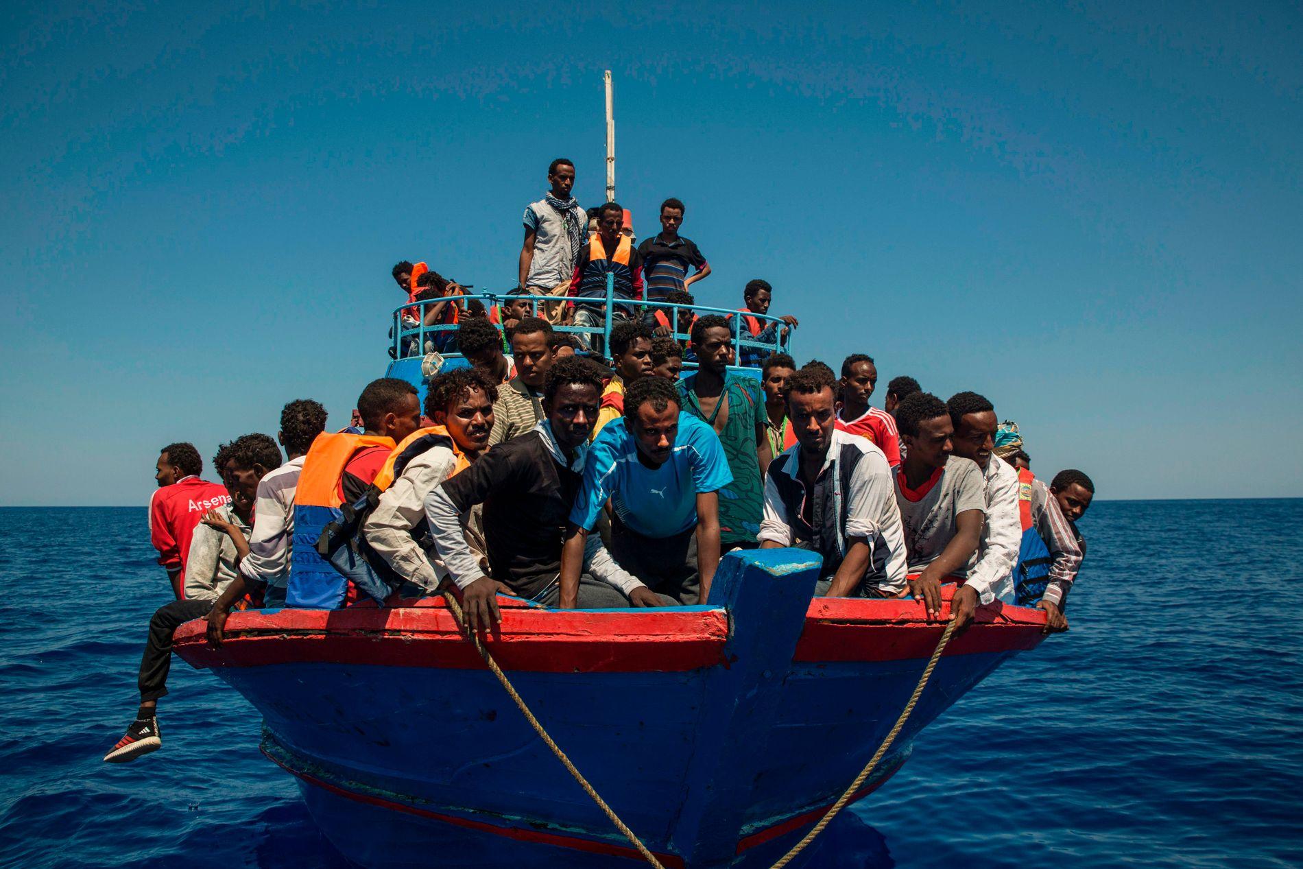 97 000 I ÅR: Så langt i år har over 97 000 flyktninger og migranter kommet til Italia over Middelhavet. Dette bildet viser en båt som venter på redningsskipet Aquarius mellom Libya og Italia.