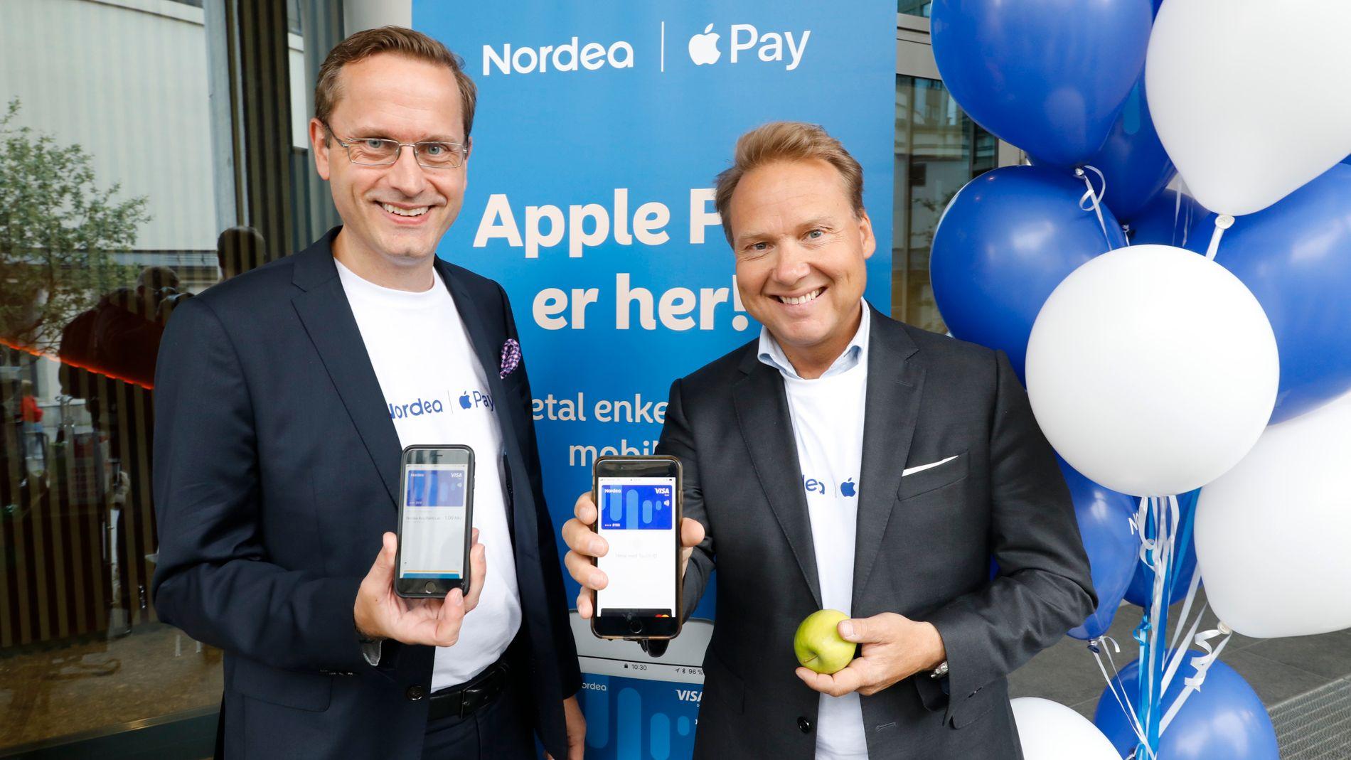 SPANDERTE KAFFE: Snorre Storset, administrerende direktør i Nordea Norge og John Sætre, leder for privatmarkedet i banken, spanderte onsdag kaffe til én krone utenfor kontoret på Colosseum i Oslo for å vise frem Apple Pay.