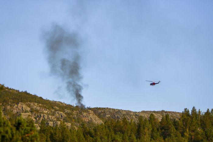 ULYKKE: Et Helitrans-helikopter med seks personer styrtet i Alta lørdag. Det forulykkede helikopteret brant kraftig etter ulykken.