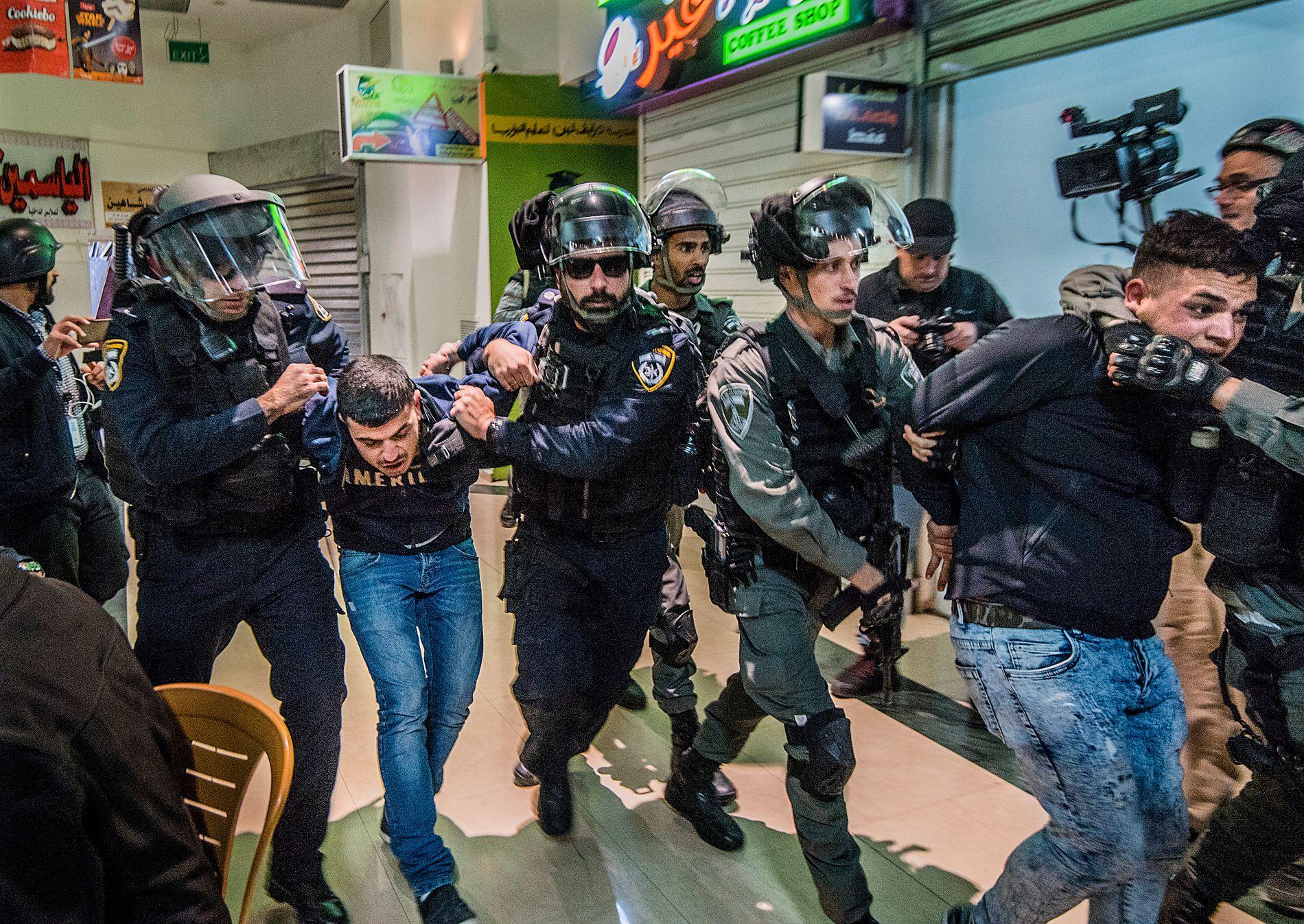 PROTESTER: Det var store protester etter president Donald Trumps erklæring om at Jerusalem er Israels hovedstad, og at den amerikanske ambassaden skal flyttes dit. Disse to unge guttene ble jaget av politiet og arrestert inne på et kjøpesenter i Øst Jerusalem.