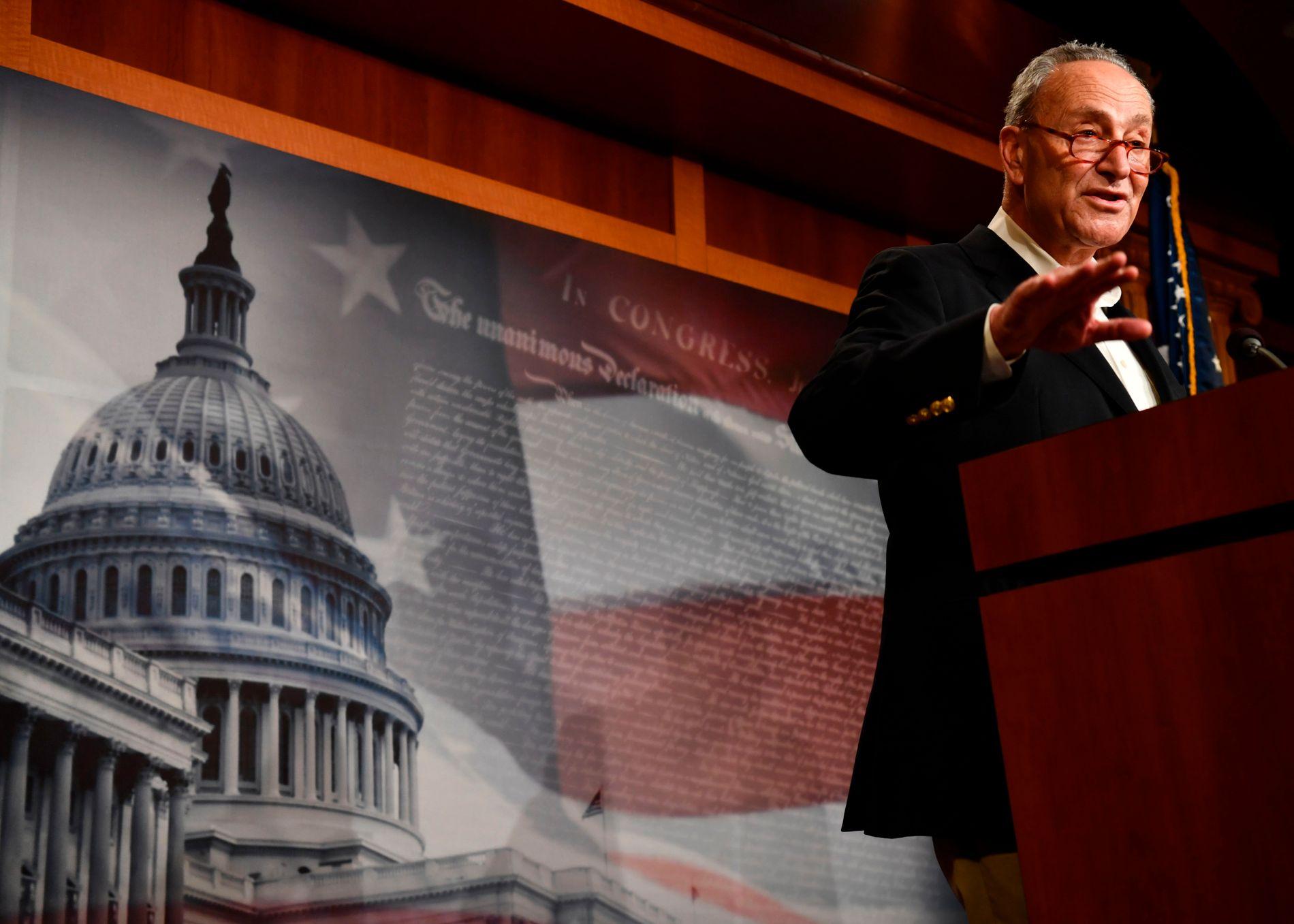 CHUCK SCHUMER: Demokratenes leder i Senatet skvatt da han fikk beskjed om sparkingen av Sessions på en lapp under sin egen pressekonferanse.