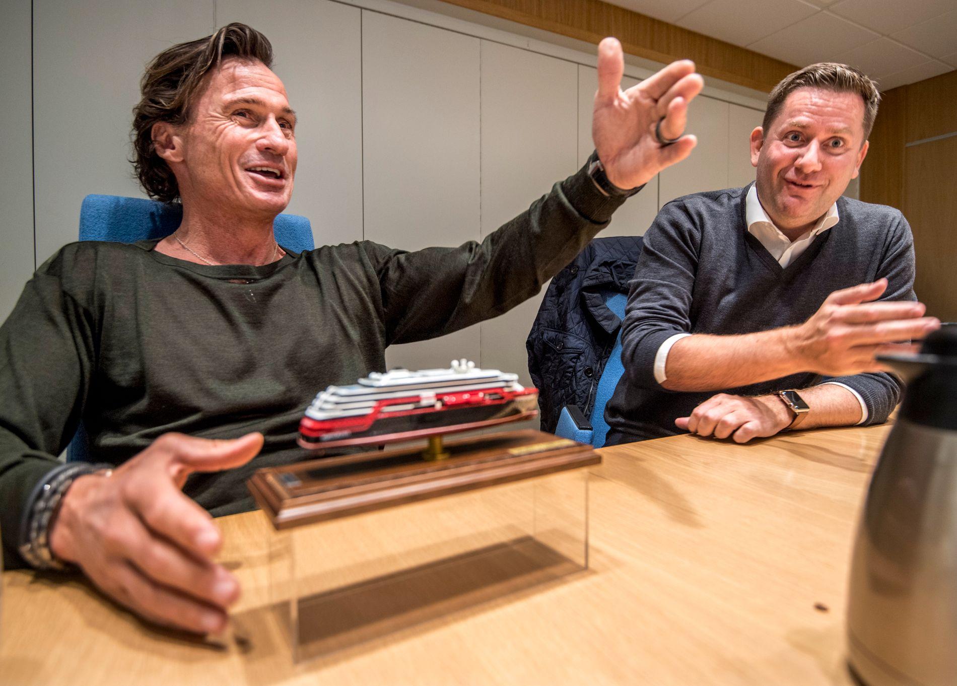 GOD STEMNING: Hurtigruten-sjef Daniel Skjeldam og Petter Stordalen på Kleven verft, med en modell av hurtigruteskipet «MS Roald Amundsen».
