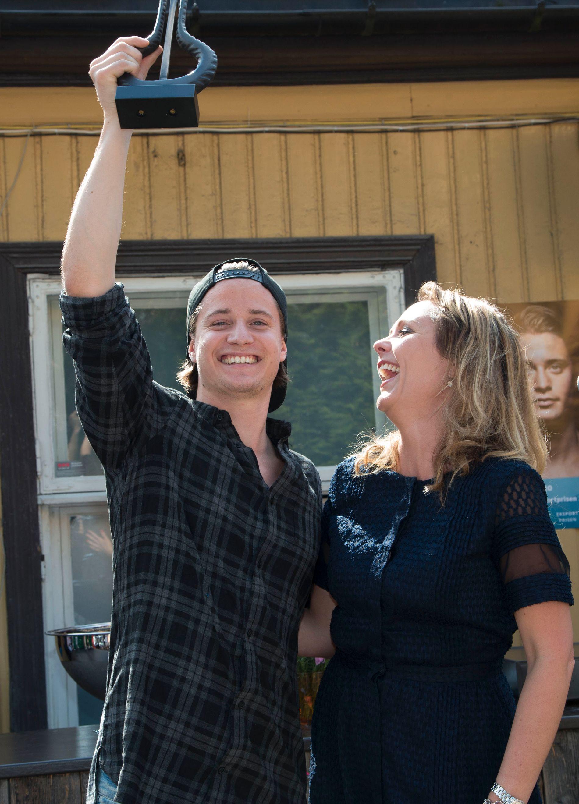 JUBEL: En tydelig fornøyd Kygo og en tydelig fornøyd Linda Helleland da artisten kunne løfte trofeet. Foto: GEIR OLSEN