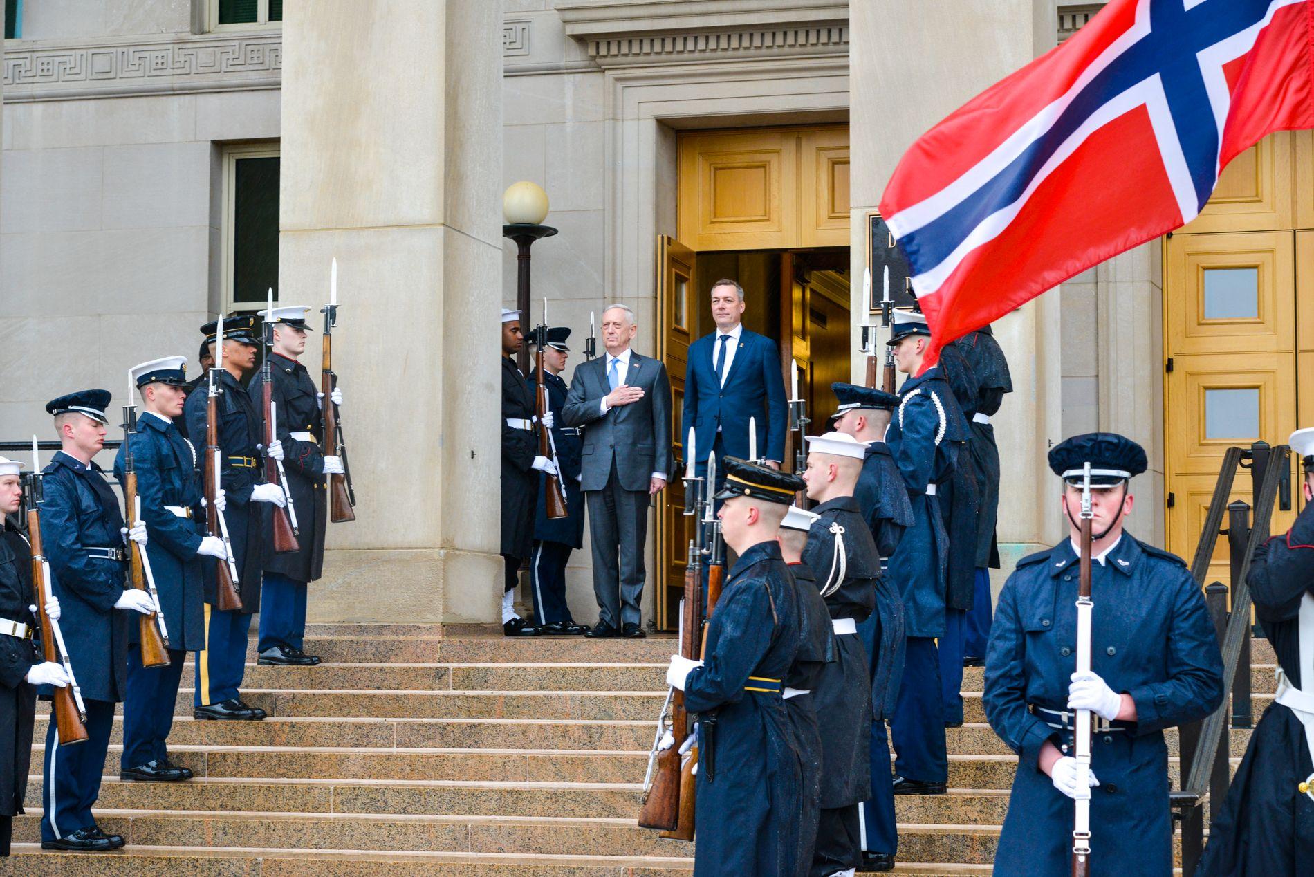 NASJONALSANGER: Utenfor Pentagon ble både den norske og den amerikanske nasjonalsangen spilte av et militærkorps.