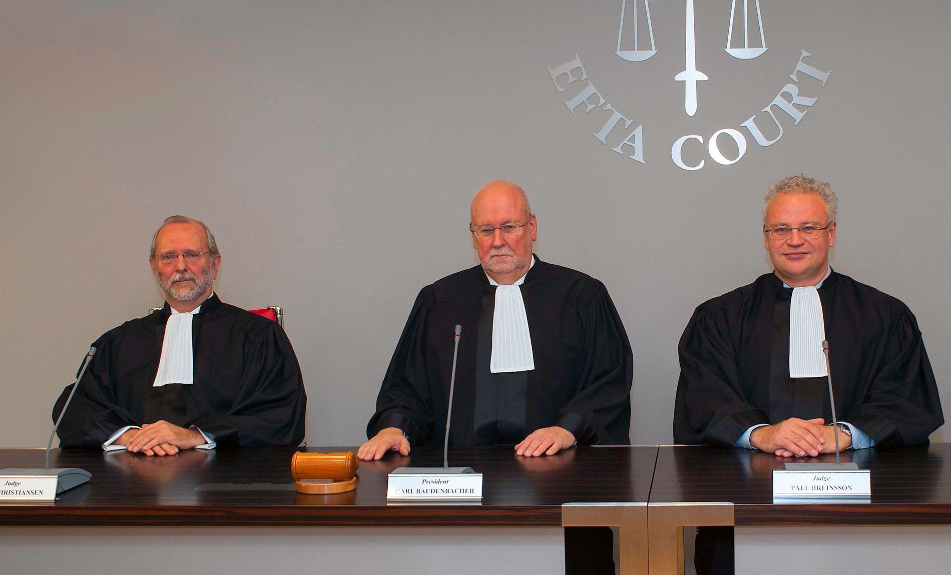 FÅR SEKS ÅR: Den norske dommeren Per Christiansen (til venstre) blir nå oppnevnt for seks år, etter at regjeringen har avblåst dommerstriden. Her er han sammen med domstolens president Carl Baudenbacher (i midten) fra Liechtenstein, og den islandske dommeren Páll Hreinsson.