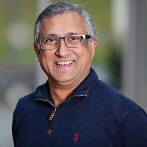 GIR ANALYSE: Professor Indra de Soysa ved NTNU i Trondheim er fra Colombo og har hatt kontakt med en rekke venner i hjembyen i dag.