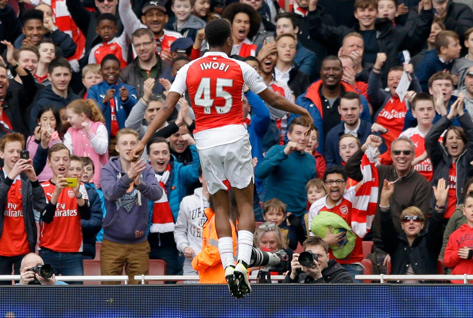 HØYTFLYVENDE: Alex Iwobi feirer nok en Premier League-scoring foran Arsenal-fansen.