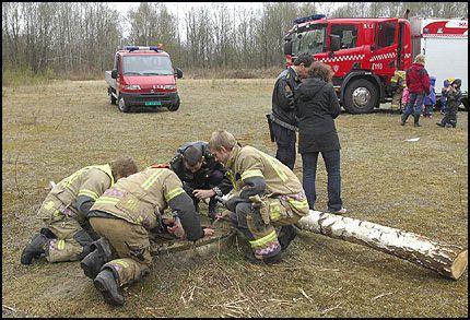 ULYKKESSTEDET: Politi og brannvesen arbeider i ettermiddag ved sjakten der to fire år gamle gutter falt ned i ettermiddag. Foto: Halden Arbeiderblad, Stein Johnsen