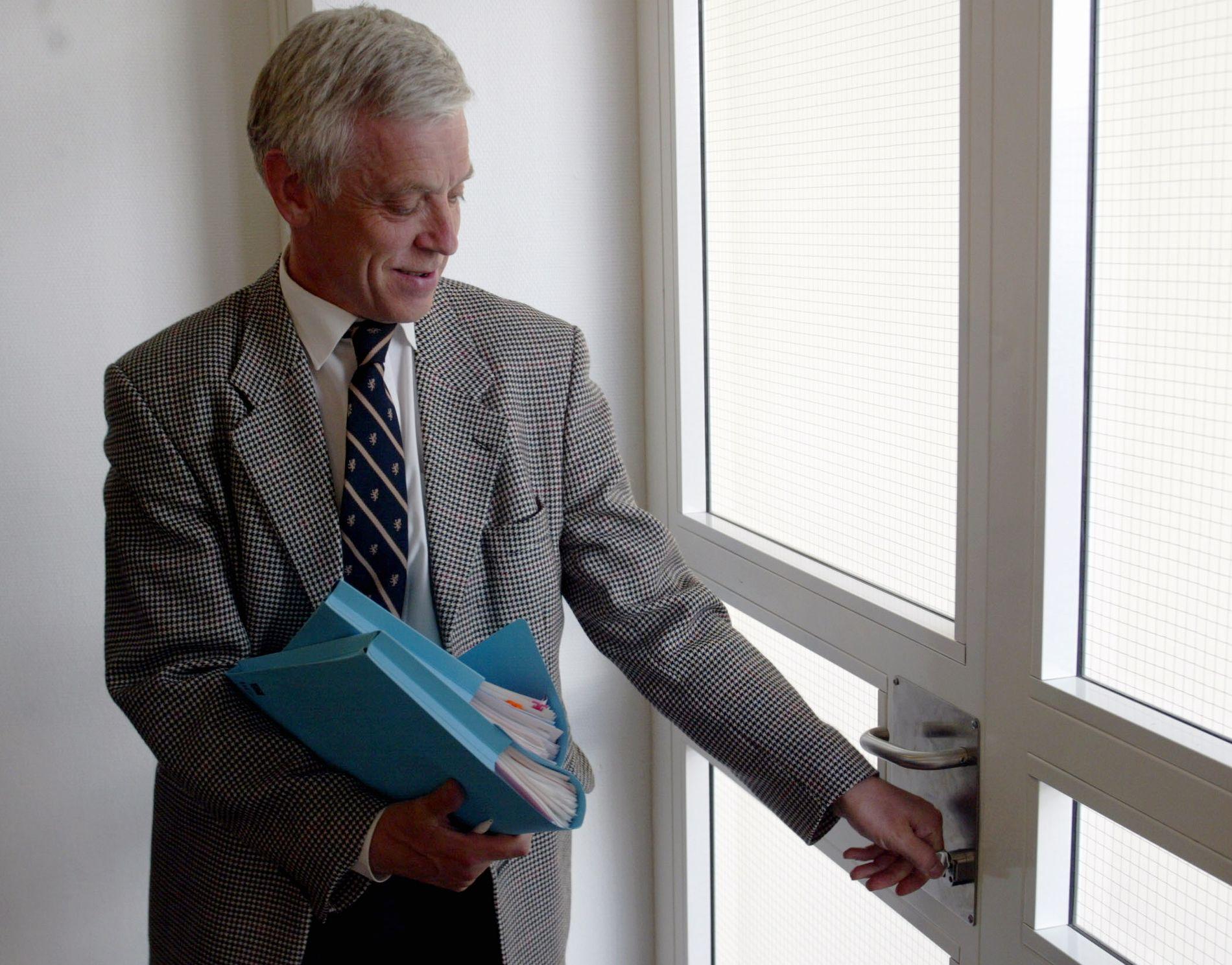 HANDLET AKSJER: Lagdommer Mats Stensrud har i mange år jobbet som kretsmekler hos Riksmekleren i tillegg til dommerjobben i Frostating lagmannsrett. Detter bildet er tatt i 2002 i forbindelse med en hotellstreik.