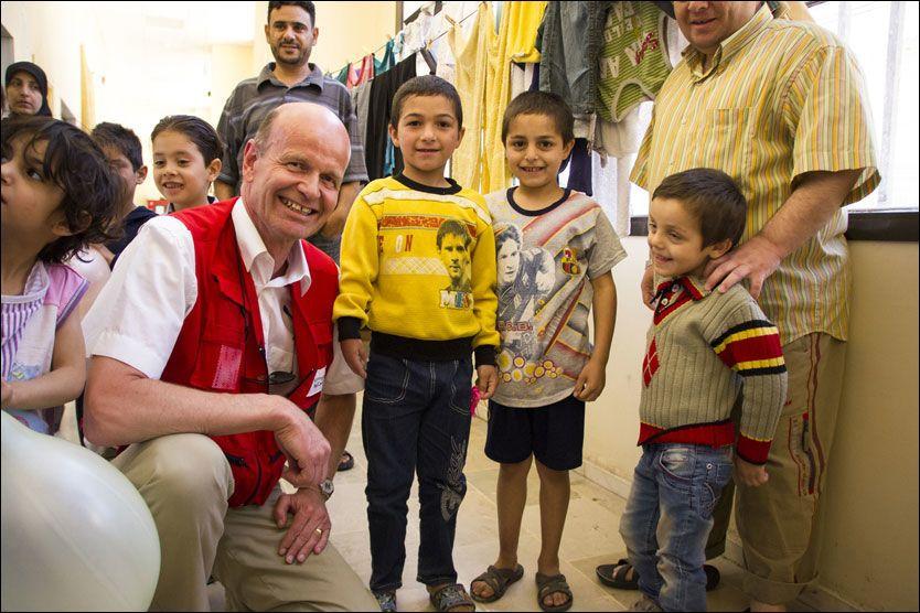 STERKT MØTE: Flyktningbarna Yazzam (8), Mahmoud (9) og Mortez (5) smilte villig til fotografen og besøket fra Norges Røde Kors. Men hverdagen for flyktningbarna i Syria er vanskelig, forteller Røde Kors-president Sven Mollekleiv. Foto: Mari A. Mørtvedt/Norges Røde Kors