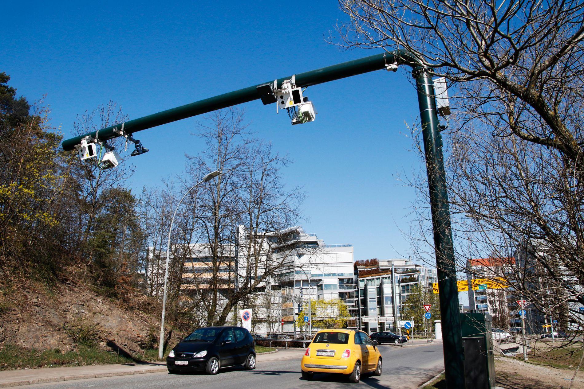 NY BOM VED BYGDØY: Selv elbilister på Bygdøy i Oslo må fra 1. juni betale når de passerer denne nye bom-bjelken ved Bygdøy-lokket. Bommen på bildet er en av 38 nye bomstasjoner i Oslos indre bomring.