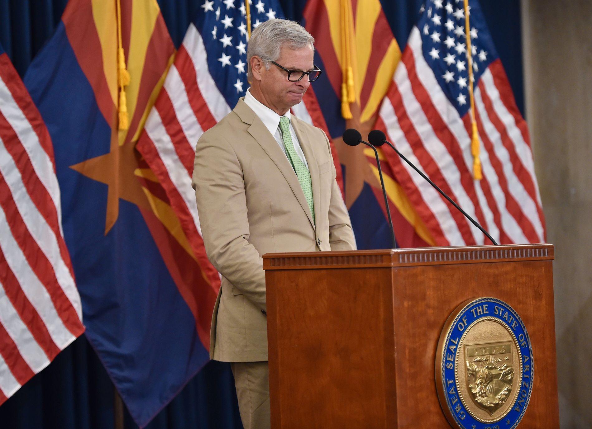 RØRT: Rick Davis måtte kjempe mot tårene da han leste opp brevet fra sin mangeårige venn, avdøde senator John McCain.