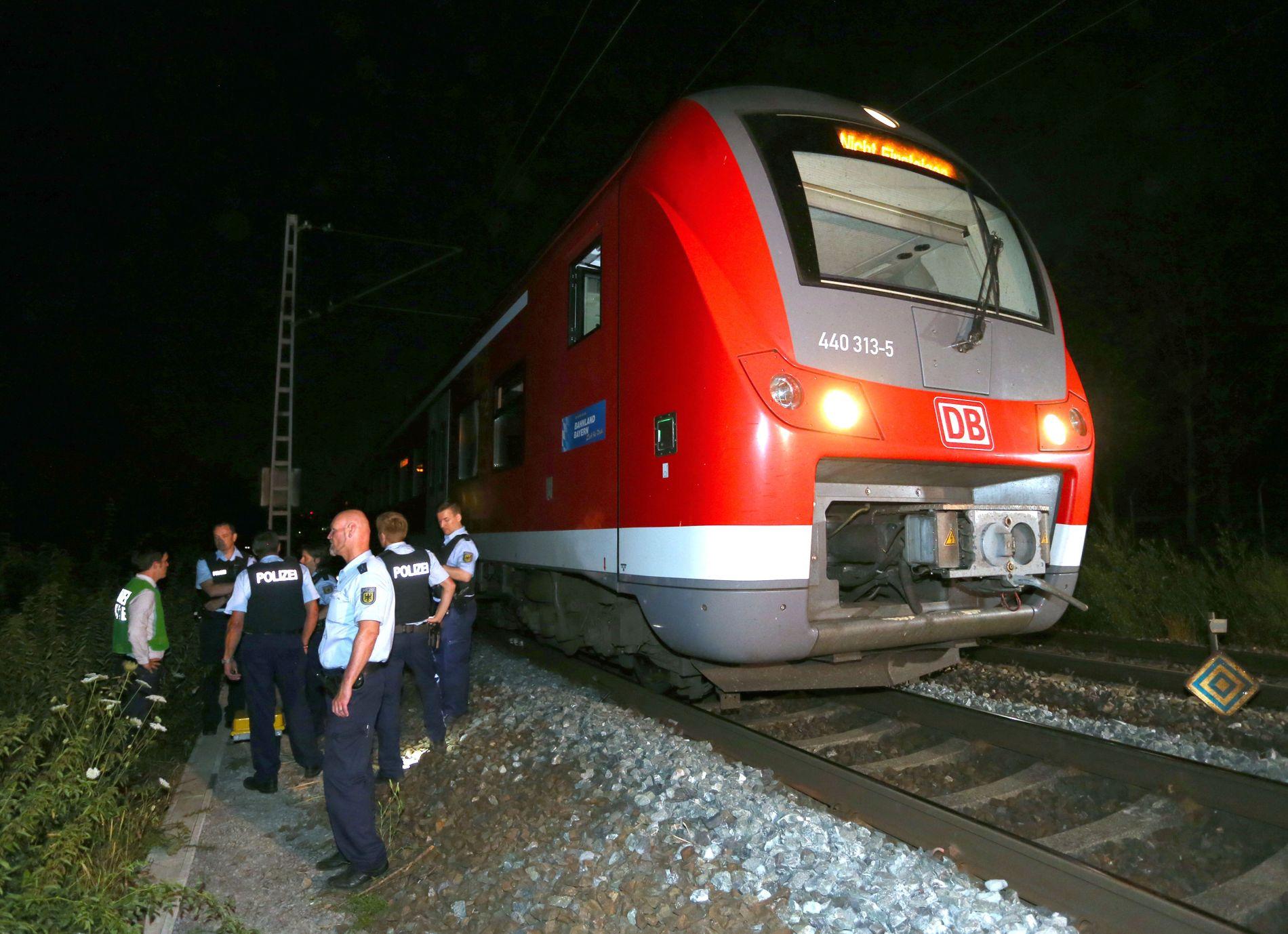 SPRER FRYKT: Politi undersøker toget utenfor Würzburg etter angrepet i juli. Tyskland har vært utsatt for flere tilsvarende angrep i år.