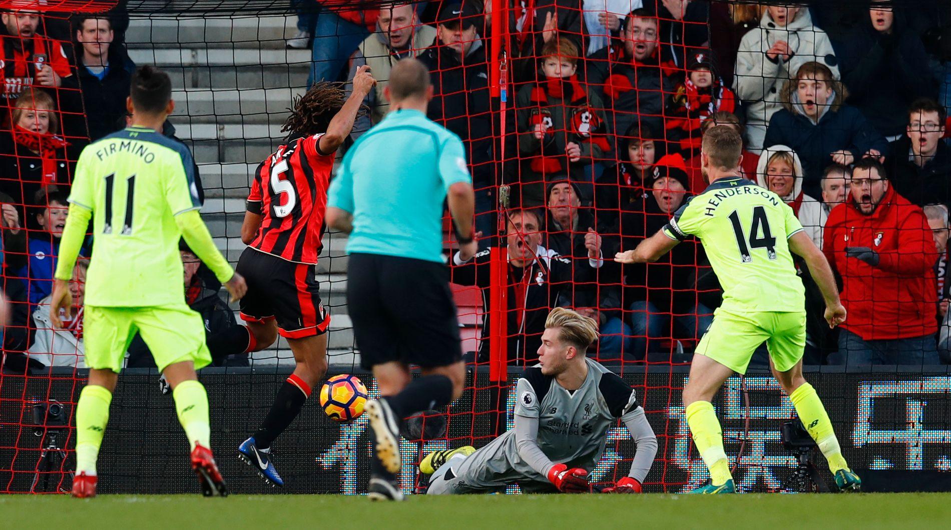 MATCHVINNER PÅ OVERTID: Nathan Aké utnytter dårlig keeperspill av Liverpools Loris Karius og setter inn 4-3 på overtid. Matchvinneren, på utlån fra Chelsea, sørget derfor at London-klubben er tre poeng foran Liverpool i tittelkampen.