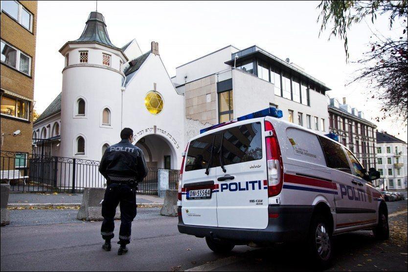 FÅR POLITIBESKYTTELSE: Her er politiet på plass ved synagogen på St. Hanshaugen i Oslo fredag kveld. Foto: FOTO: FRODE HANSEN / VG