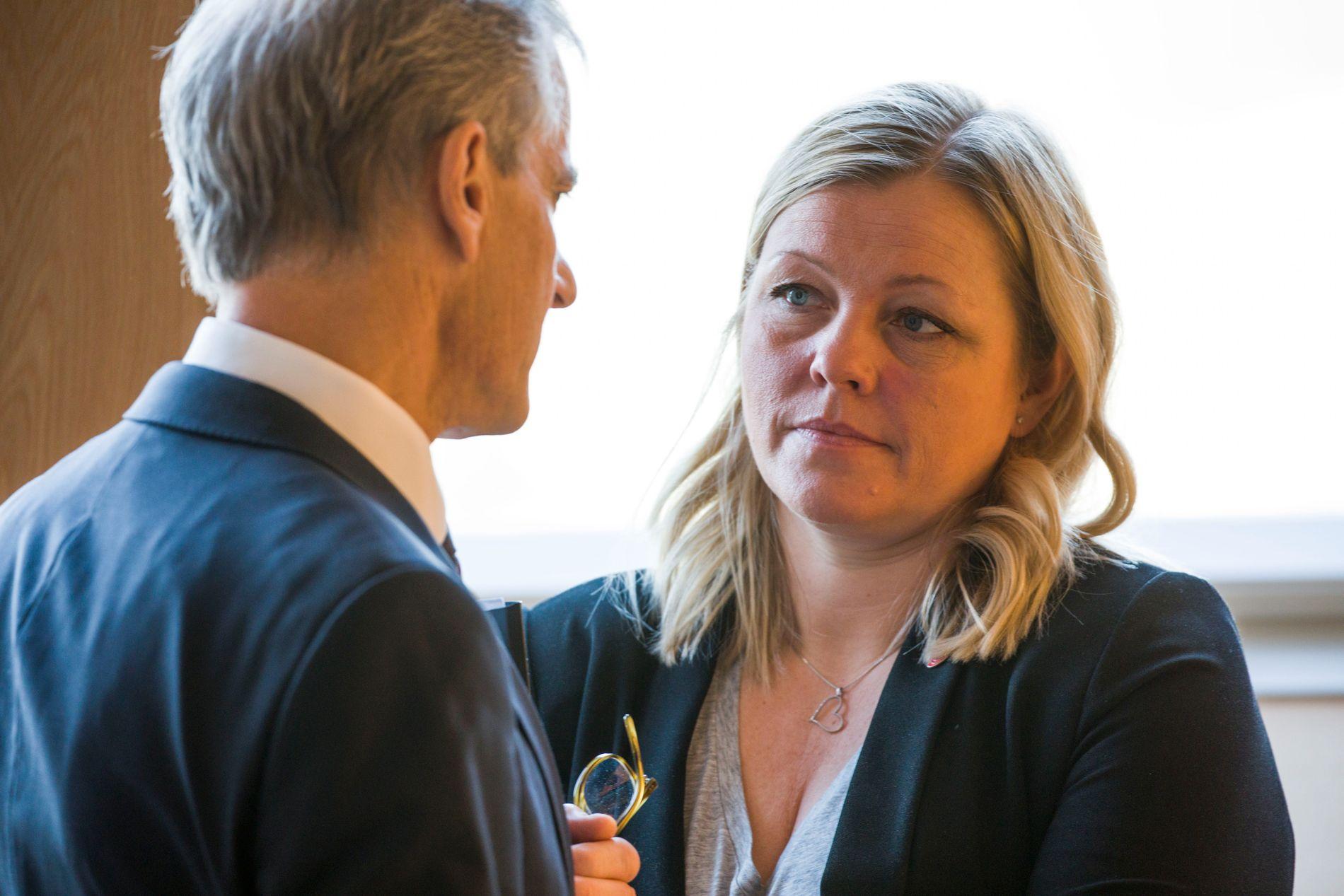 Partisekretær Kjersti Stenseng i Arbeiderpartiet sier at hun har hundre prosent tillit til Støre som partileder, og aviser at det pågår en lederstrid i partiet.