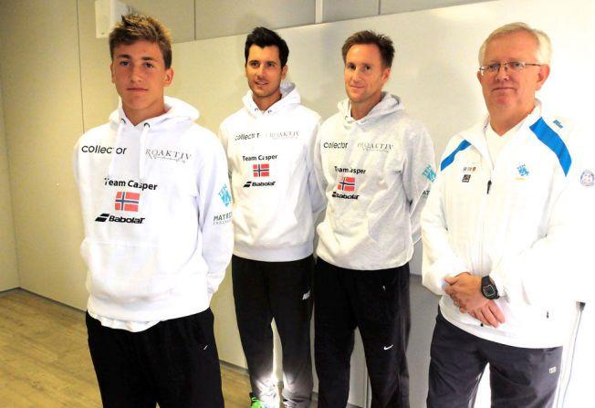 HJELPERNE: Casper Ruud (foran) har nå et sterkt team i ryggen. Fra venstre hans nye trener Pedro Rico, pappa Christian Ruud og Øyvind Sørvald, idrettssjef i Norges Tennisforbund.