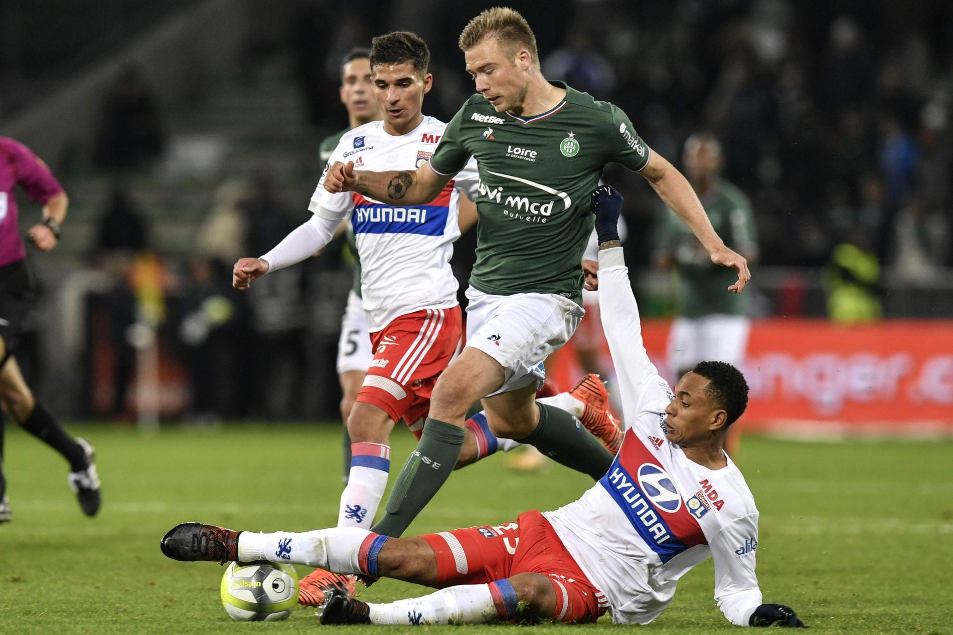 TRENERENS SISTE: Her blir Alexander Søderlund taklet av Lyon-spiller Kenny Tete under Saint-Étiennes 5-0-tap mot erkerival Lyon. Det ble Óscar Garcías siste kamp som trener for klubben.